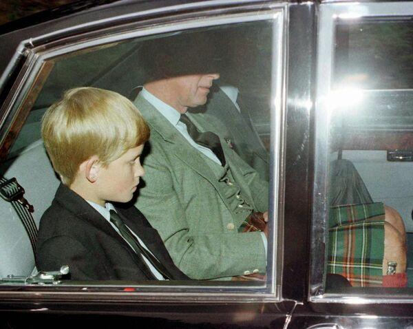 Экс-супруг Дианы принц Чарльз с сыновьями Уильямом и Гарри покидают  утреннюю службу после известия о смерти принцессы. - Sputnik Таджикистан
