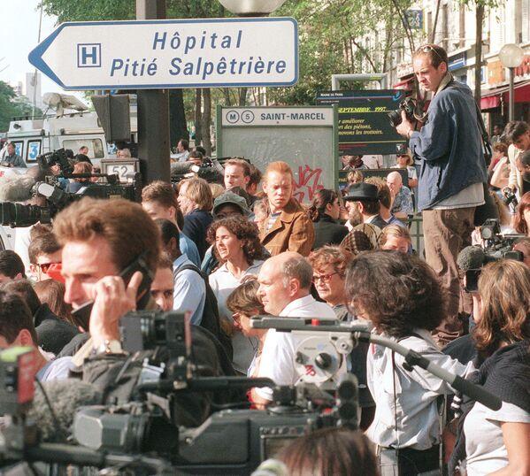 Журналисты и местные жители столпились перед больницей Сальпетриер, где умерла Диана. - Sputnik Таджикистан