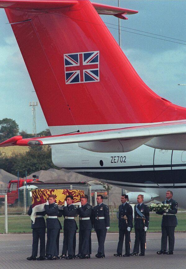 Британские военные несут гроб с телом Дианы, которое доставили в Лондон из Парижа. - Sputnik Таджикистан