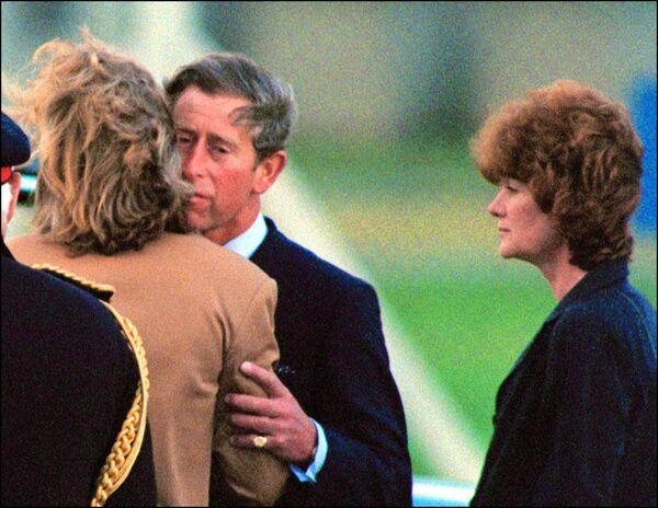 Принц Чарльз, сестры Дианы Сара Маккоркодейл и Джейн Феллоуз встречают гроб с телом принцессы в аэропорту. - Sputnik Таджикистан