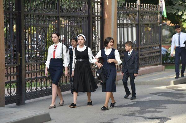 Многие ребята начали учебный год в новых школах. - Sputnik Таджикистан