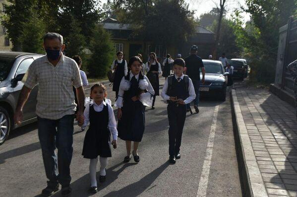 Первоклассники спешили на уроки в сопровождении родителей. - Sputnik Таджикистан