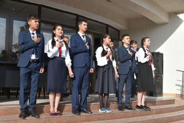Не только учителя, но и ученики подготовили выступления в честь 1 сентября. - Sputnik Таджикистан