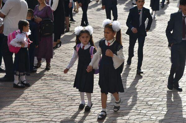 Ребята встретили первый учебный день в праздничной парадной форме. - Sputnik Таджикистан