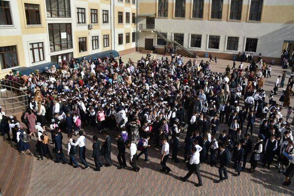 Торжественная линейка возле школы - традиционное мероприятие в начале учебного года. - Sputnik Таджикистан