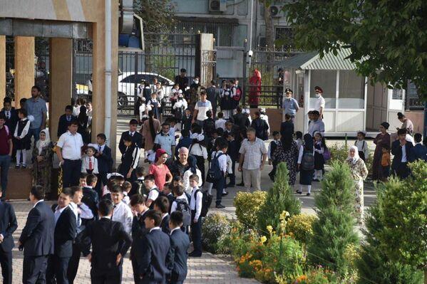 По словам главы государства Эмомали Рахмона, в стране в 2021 году откроют более 200 учебных заведений. - Sputnik Таджикистан