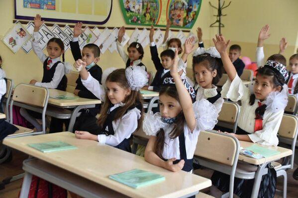 "Занятия стартовали не с ""Урока мира"" от Эмомали Рахмона, а с изучения предметов. - Sputnik Таджикистан"