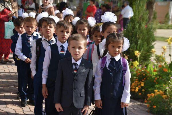 В первый класс в 2021 году пошли более 240 тысяч ребят по всей стране. - Sputnik Таджикистан
