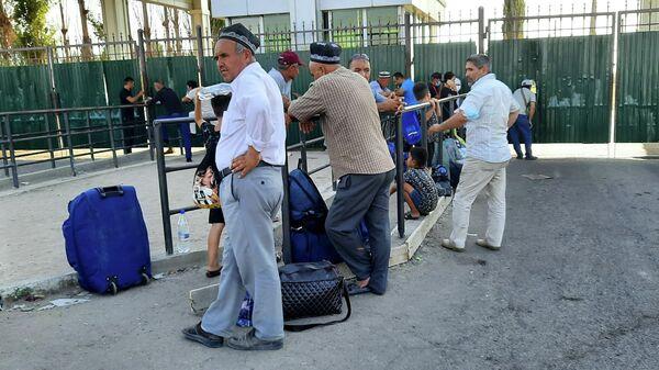 Граждане РТ пытаются выехать через КПП Фатехабад (Ойбек) в Мастчинском районе в сторону Ташкента, чтобы потом вылететь в Москву - Sputnik Таджикистан
