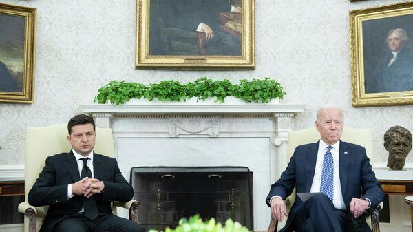 Президент США Джо Байден и президент Украины Владимир Зеленский - Sputnik Таджикистан