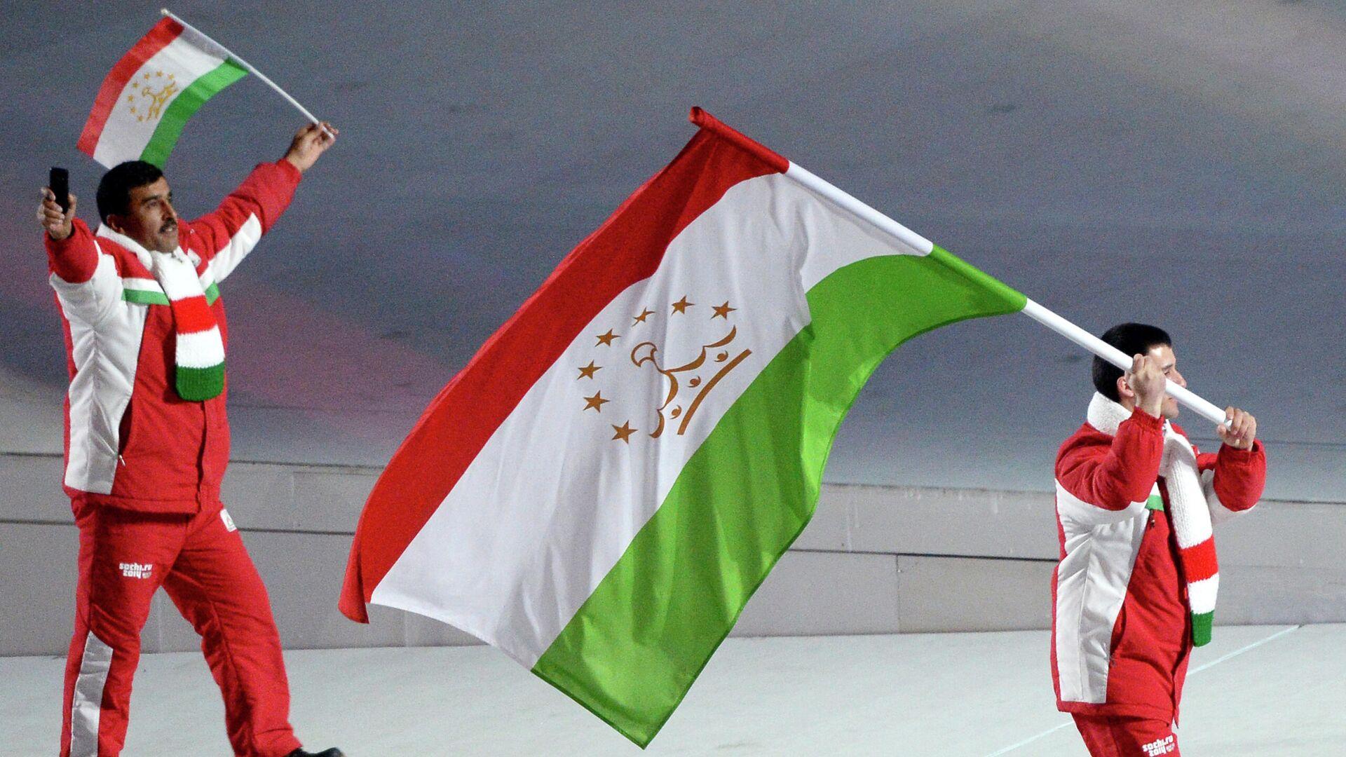 Знаменосец сборной Таджикистана Алишер Квадратов (справа) во время парада атлетов и членов национальных делегаций на церемонии открытия XXII зимних Олимпийских игр в Сочи, архивное фото - Sputnik Таджикистан, 1920, 02.09.2021