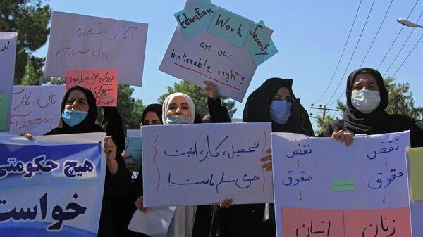 Афганские женщины с плакатами, акция протеста в Герате  - Sputnik Таджикистан