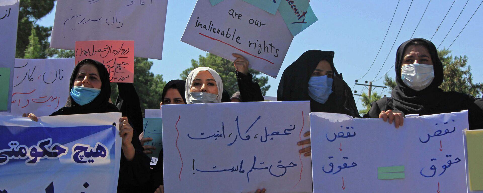 Афганские женщины с плакатами, акция протеста в Герате  - Sputnik Таджикистан, 1920, 02.09.2021