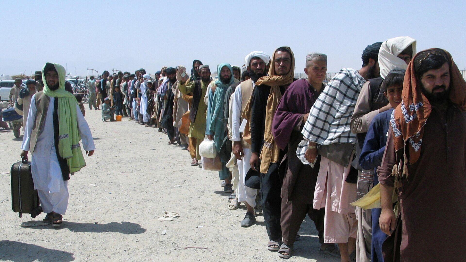 Люди ждут у пункта пропуска  в пакистано-афганском пограничном городе Чаман - Sputnik Тоҷикистон, 1920, 17.09.2021