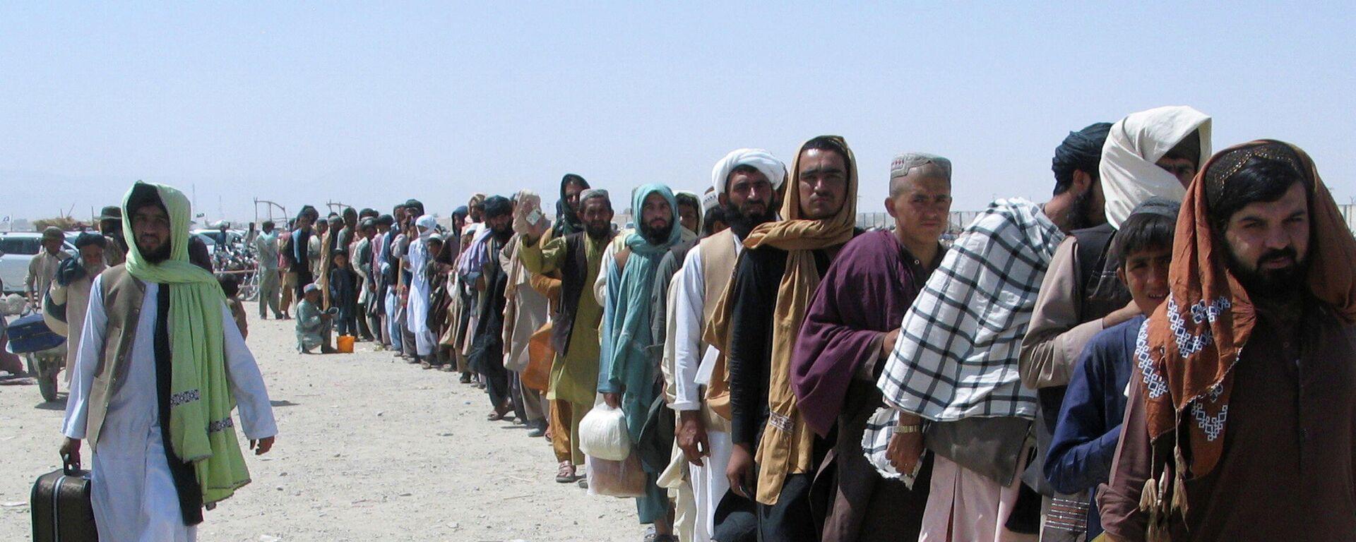 Люди ждут у пункта пропуска  в пакистано-афганском пограничном городе Чаман - Sputnik Таджикистан, 1920, 09.09.2021