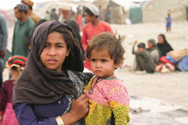 Афганские беженцы бегут в Пакистан семьями и живут в палатках в приграничном городе Чаман. - Sputnik Таджикистан