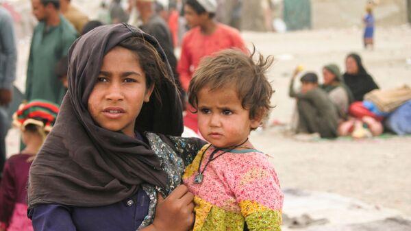 Афганцы в импровизированном лагере возле железнодорожной станции в Чамане, Пакистан - Sputnik Тоҷикистон