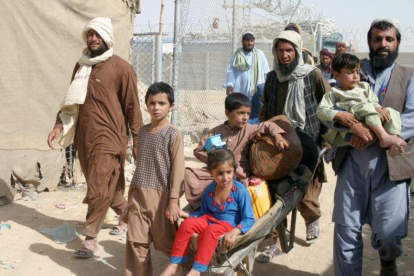 """Тысячи афганцев бросились на КПП """"Спин-Болдак - Чаман"""", когда узнали о его закрытии: в результате на границе двух стран произошла давка. - Sputnik Таджикистан"""
