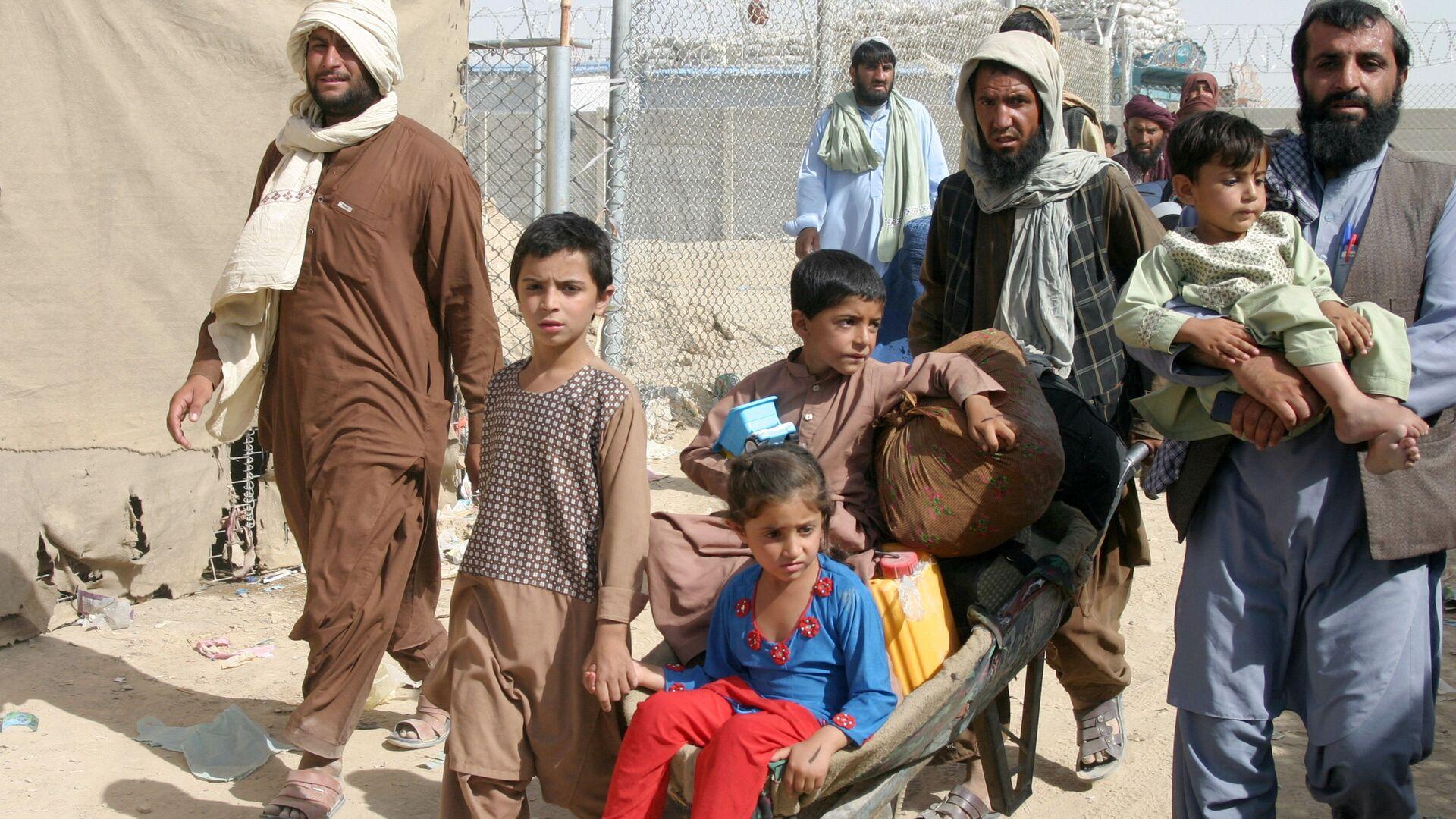 Семья из Афганистана на контрольно-пропускном пункте Ворота дружбы в пакистано-афганском пограничном городе Чаман, Пакистан - Sputnik Таджикистан, 1920, 13.10.2021