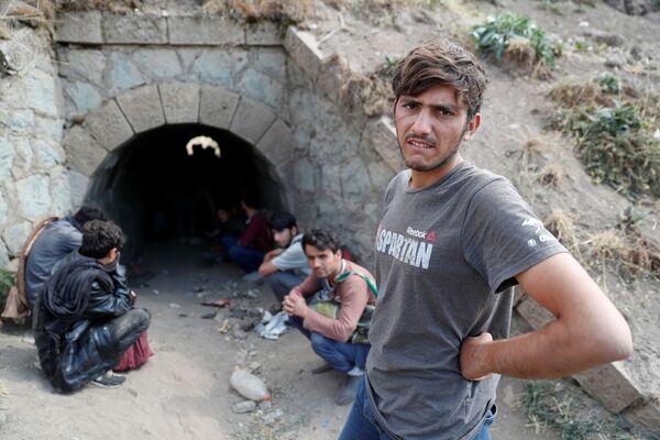 Афганские беженцы прячутся в тоннеле, чтобы не попасться турецким полицейским после незаконного пересечения границы. - Sputnik Таджикистан