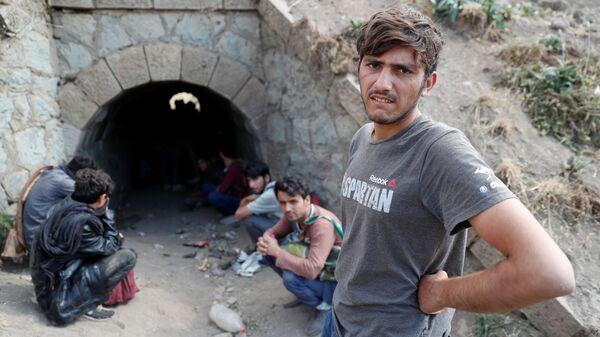 Афганские мигранты прячутся от сил безопасности в туннеле под железнодорожными путями после незаконного перехода в Турцию из Ирана - Sputnik Таджикистан