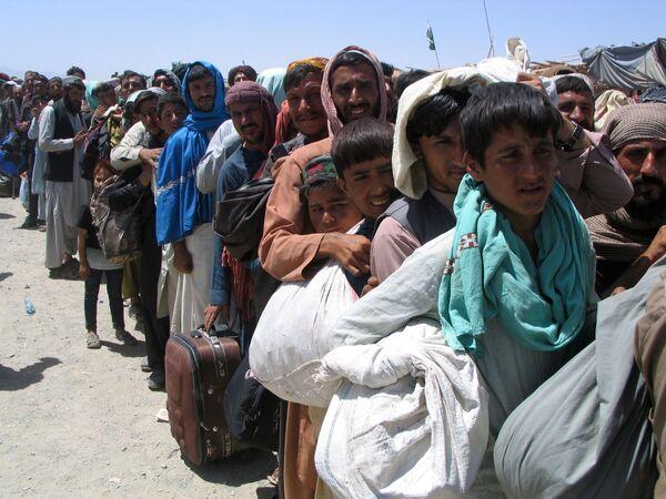 На границе между Афганистаном и Пакистаном разрастаются огромные очереди беженцев. - Sputnik Таджикистан