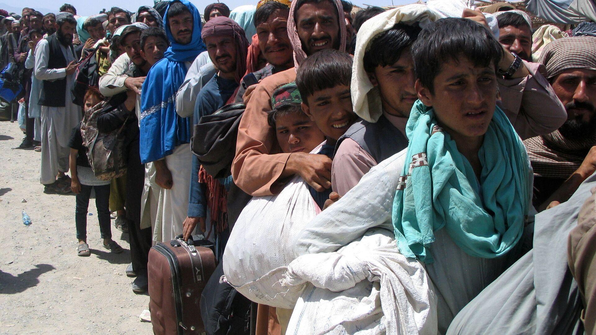 Люди на пропускном пункте «Ворота дружбы» в пакистано-афганском пограничном городе Чаман, Пакистан - Sputnik Тоҷикистон, 1920, 15.09.2021