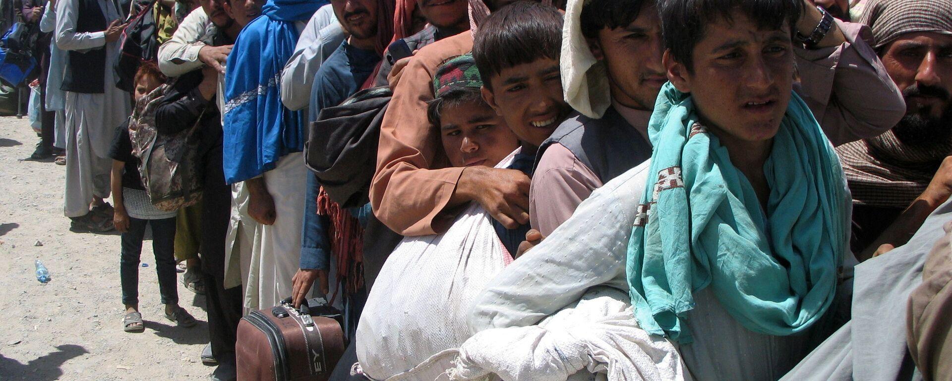Люди на пропускном пункте «Ворота дружбы» в пакистано-афганском пограничном городе Чаман, Пакистан - Sputnik Таджикистан, 1920, 15.09.2021