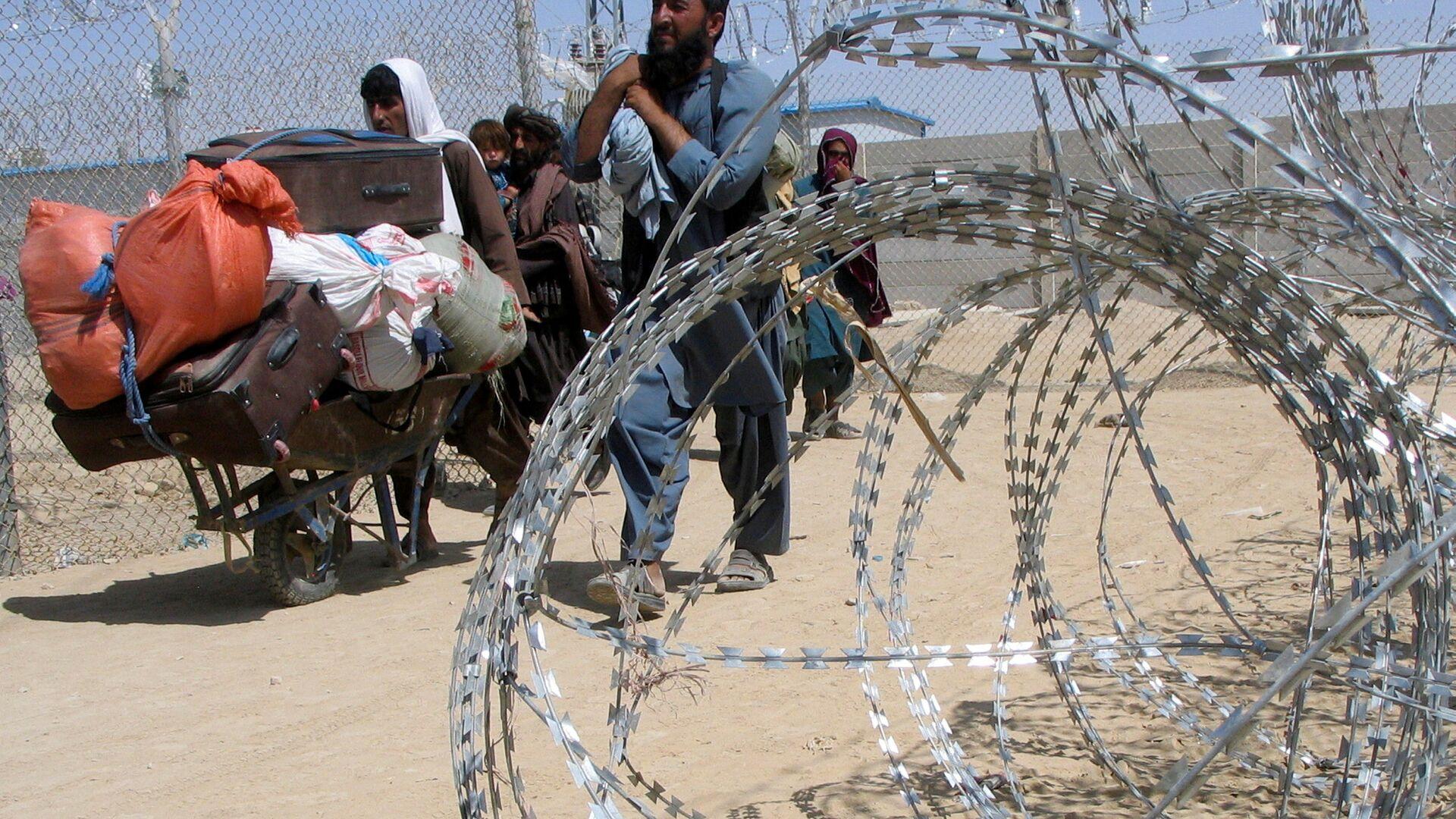 Семья, прибывающая из Афганистана, проходит через контрольно-пропускной пункт Ворота дружбы в пакистано-афганском пограничном городе Чаман, Пакистан - Sputnik Таджикистан, 1920, 10.09.2021