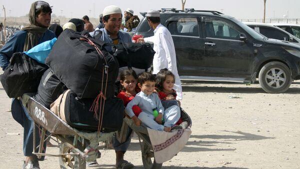 Семья из Афганистана с вещами на контрольно-пропускном пункте Ворота дружбы в пакистано-афганском пограничном городе Чаман, Пакистан - Sputnik Таджикистан