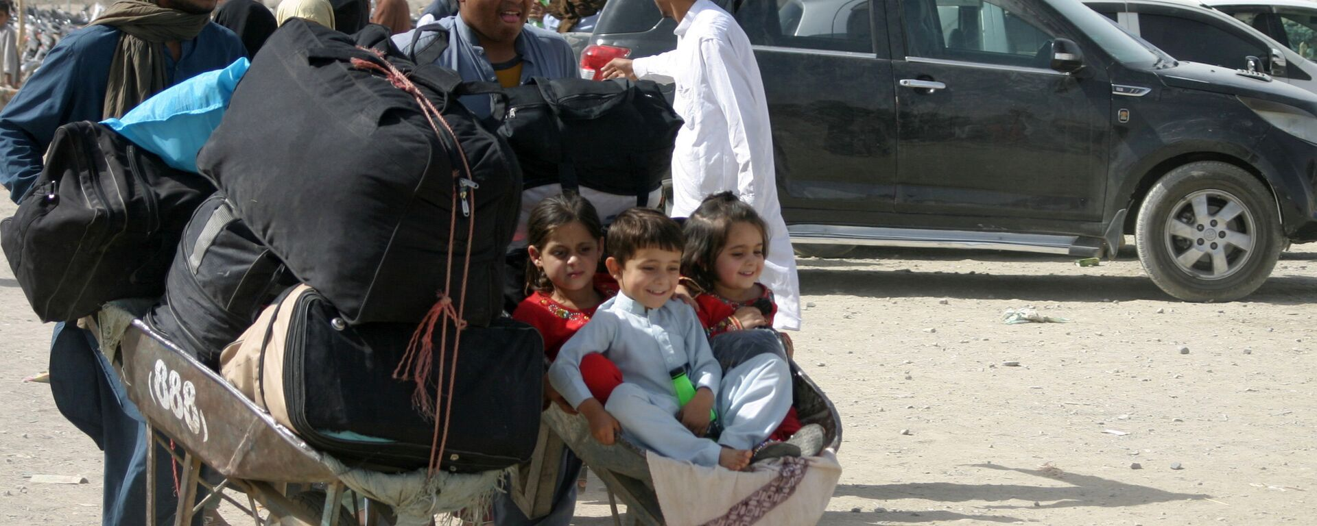 Семья из Афганистана с вещами на контрольно-пропускном пункте Ворота дружбы в пакистано-афганском пограничном городе Чаман, Пакистан - Sputnik Таджикистан, 1920, 10.09.2021