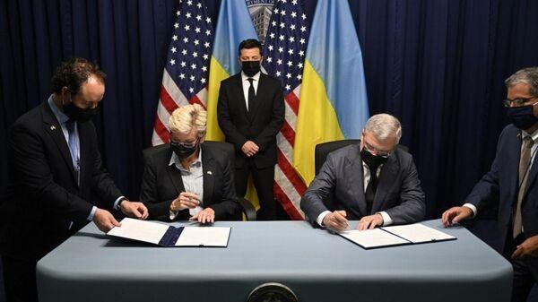 Владимир Зеленский во время подписания документов в ходе его визита в США - Sputnik Таджикистан