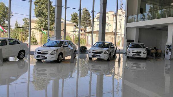 Автомобили совместного узбекско-таджикского производства в дилерском центре - Sputnik Таджикистан