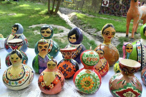 Помимо вкусной еды, в палатках продавали необычные вазы и другие предметы народных промыслов. - Sputnik Таджикистан