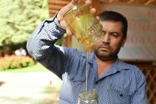 Можно было на празднике отведать янтарного меда. - Sputnik Таджикистан