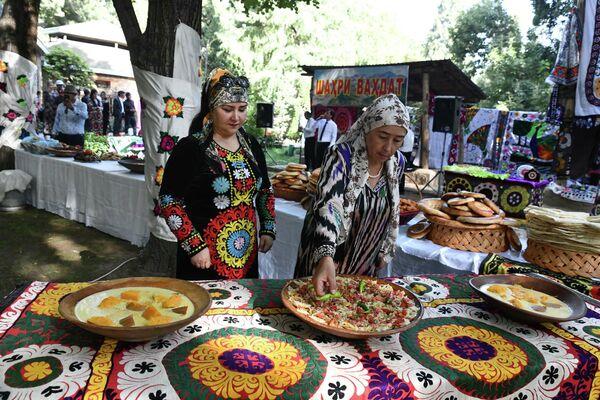 Впрочем, на многих площадках можно было не только посмотреть на красивое убранство, но и насладиться вкусом национальной кухни. - Sputnik Таджикистан