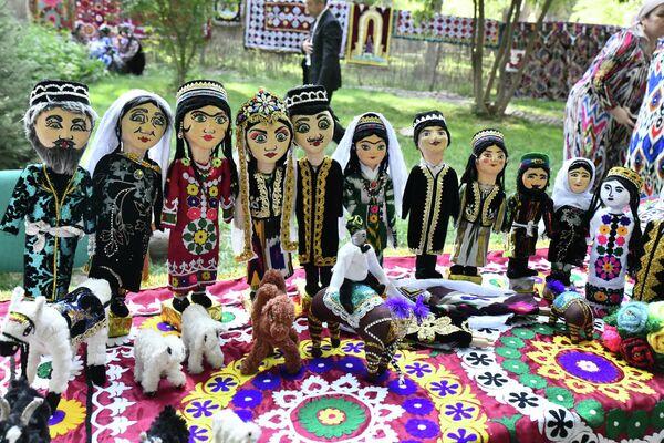 На фестивале продавались и традиционные таджикские куклы. - Sputnik Таджикистан