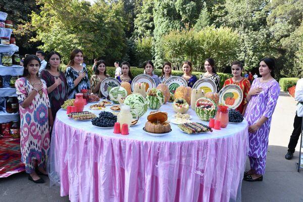 Гостей фестиваля встречали необычно украшенные блюда.  - Sputnik Таджикистан