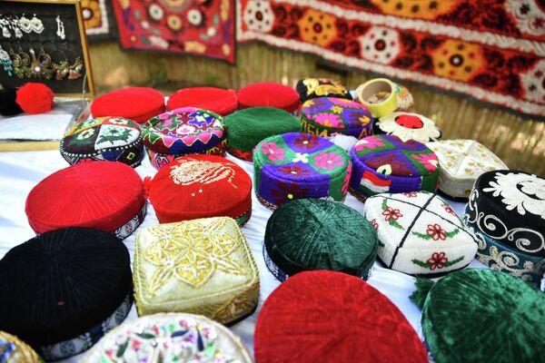И даже приодеться можно было на ярмарке, купив таджикскую тюбетейку. - Sputnik Таджикистан
