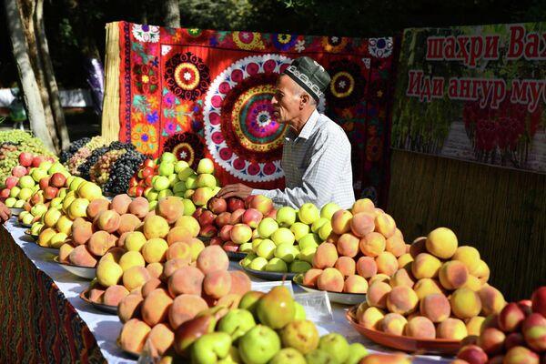 Но не только бахчевые и виноград правили бал в Душанбе: среди торговцев можно было найти и яблоки. - Sputnik Таджикистан
