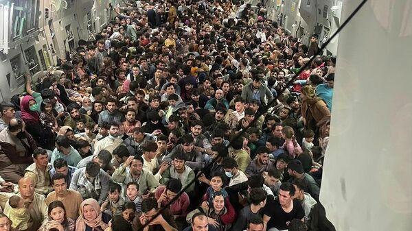 Беженцы из Афганистана в самолете - Sputnik Таджикистан