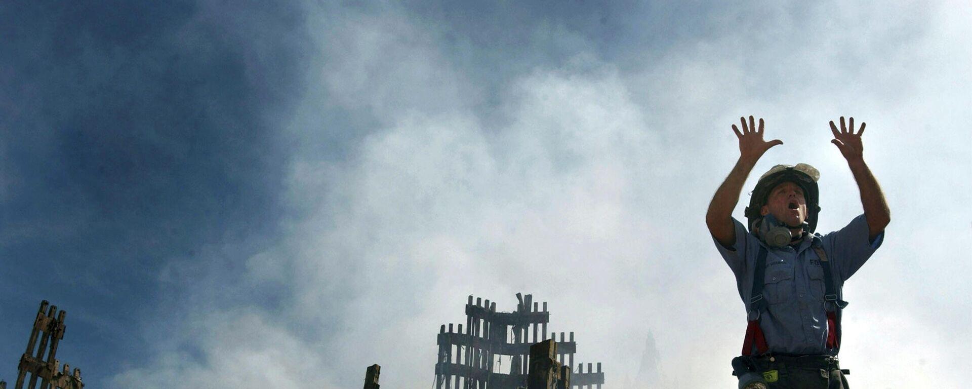 Пожарный Нью-Йорка призывает больше спасателей пробираться под завалы Всемирного торгового центра в Нью-Йорке, архивное фото - Sputnik Тоҷикистон, 1920, 06.09.2021