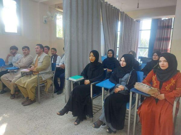 Теперь девушки и юноши учатся в разных помещениях или в одном, но разделенном ширмой. - Sputnik Таджикистан