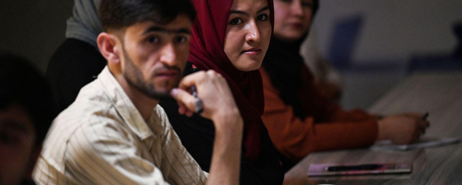 Студенты во время урока в университете в Кабуле  - Sputnik Тоҷикистон, 1920, 18.09.2021