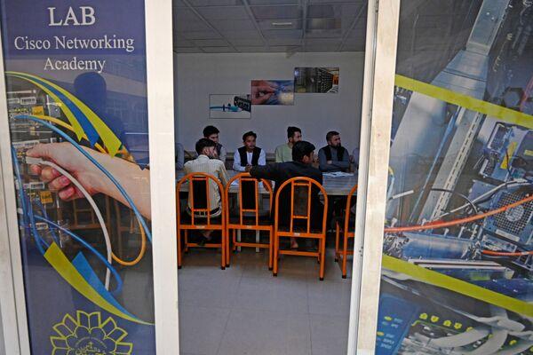Чтобы не встречаться с юношами, девушки будут уходить с занятий на пять минут раньше. - Sputnik Таджикистан