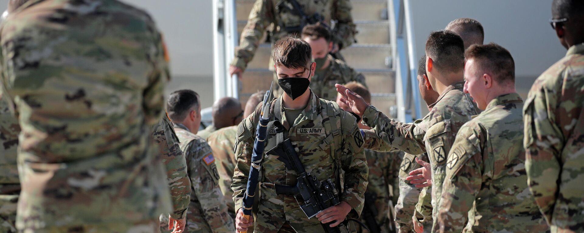 Солдаты США возвращаются домой после дислокации в Афганистане - Sputnik Таджикистан, 1920, 08.10.2021