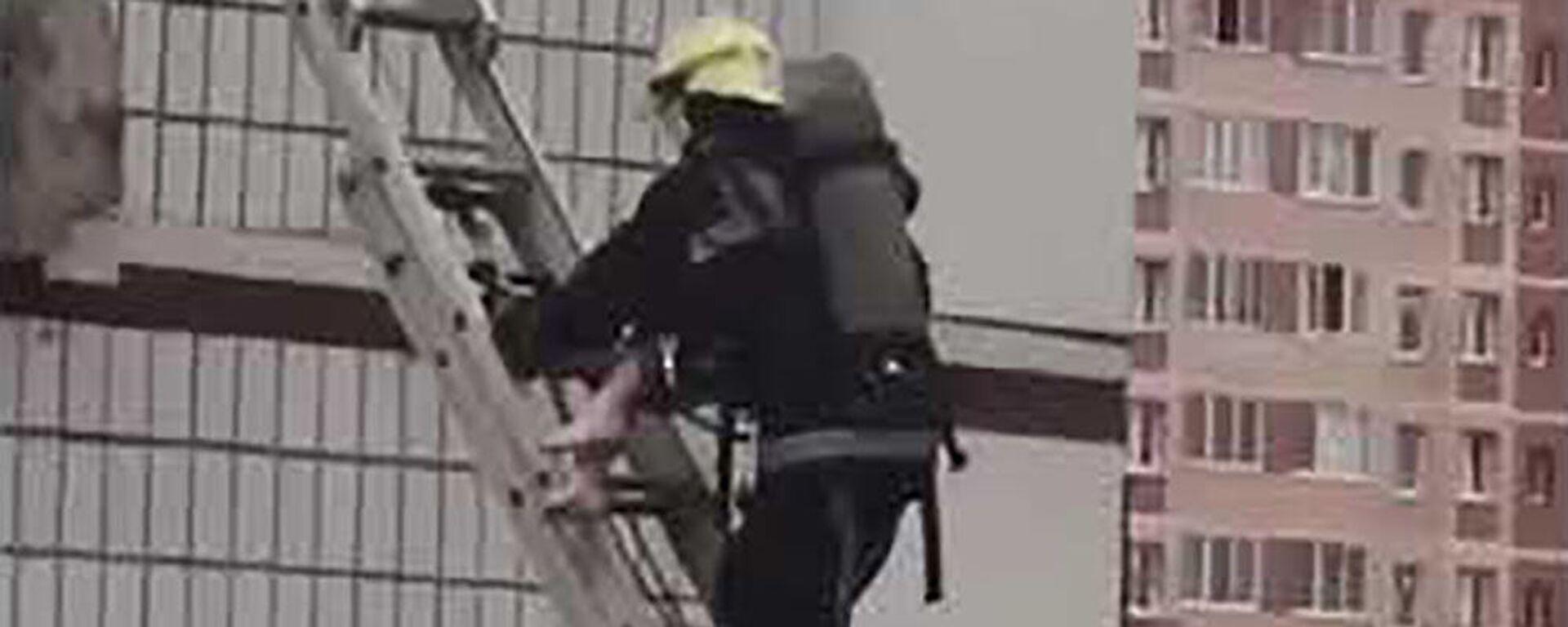 Спасатель спускает уцелевшую девочку после взрыва в Ногинске  - Sputnik Таджикистан, 1920, 08.09.2021