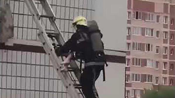 Спасатель спускает уцелевшую девочку после взрыва в Ногинске  - Sputnik Таджикистан