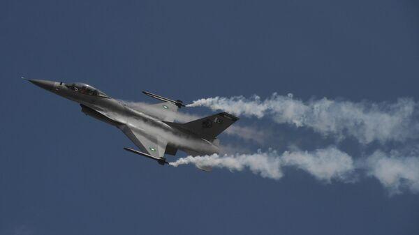 Пакистанский истребитель F-16, архивное фото - Sputnik Тоҷикистон
