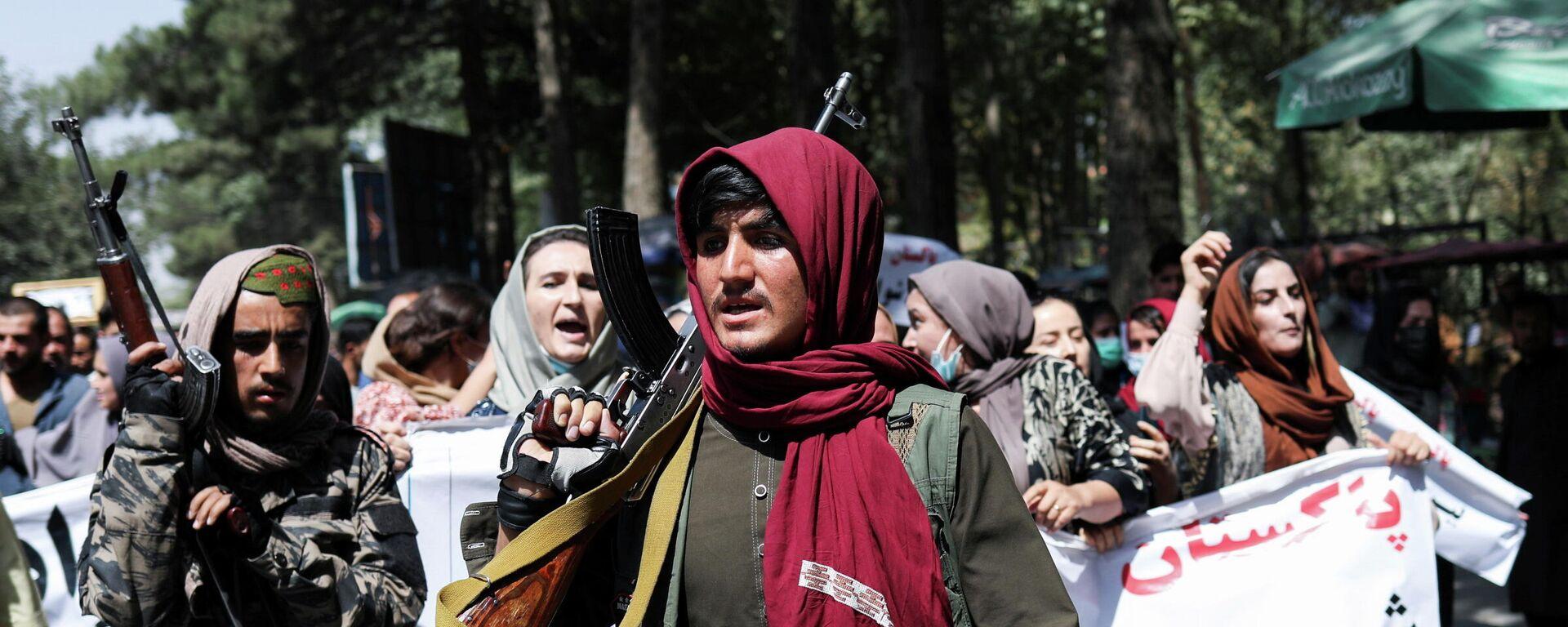 Солдаты Талибана идут перед протестующими во время антипакистанской акции протеста в Кабуле - Sputnik Тоҷикистон, 1920, 08.10.2021